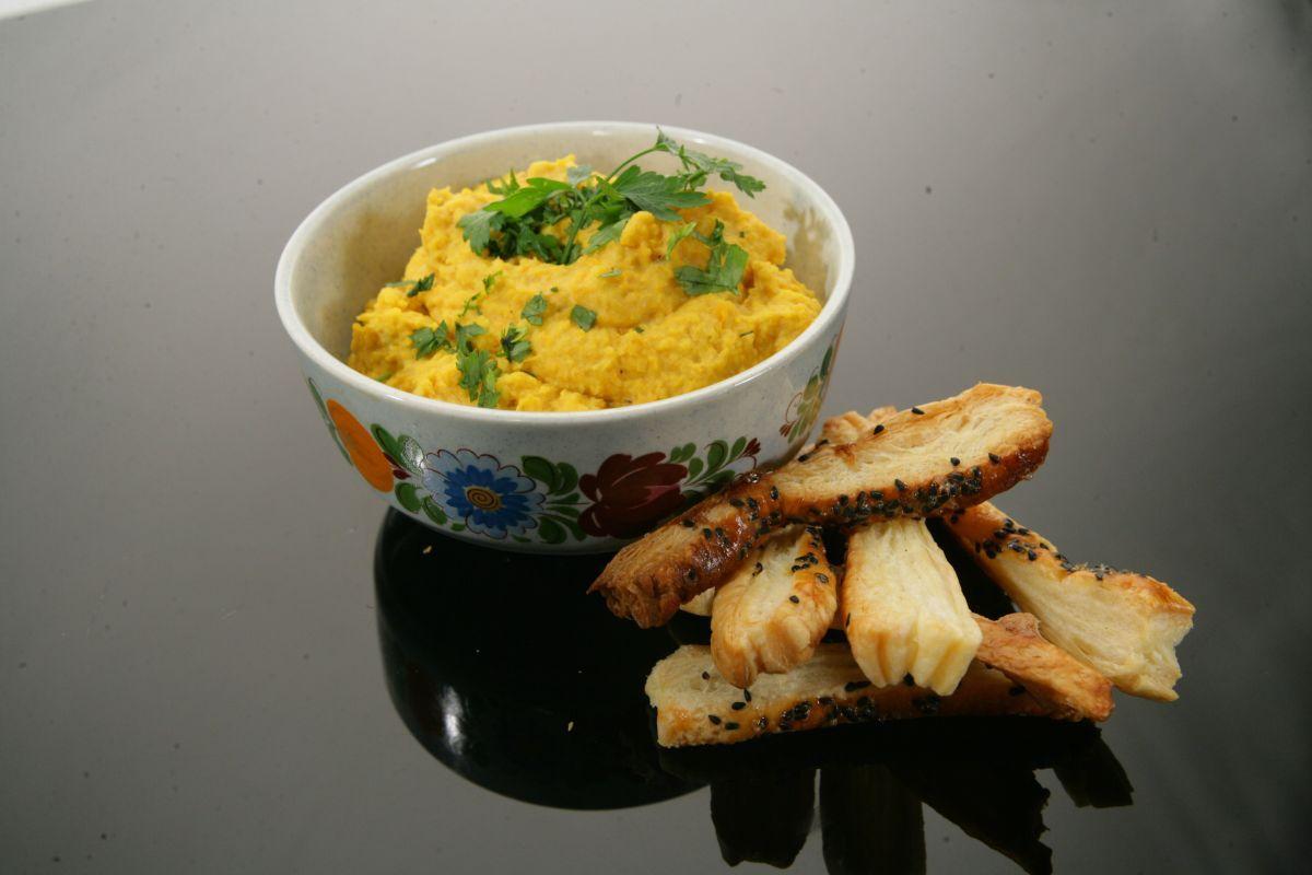 Hummus z marchewki z paluszkami
